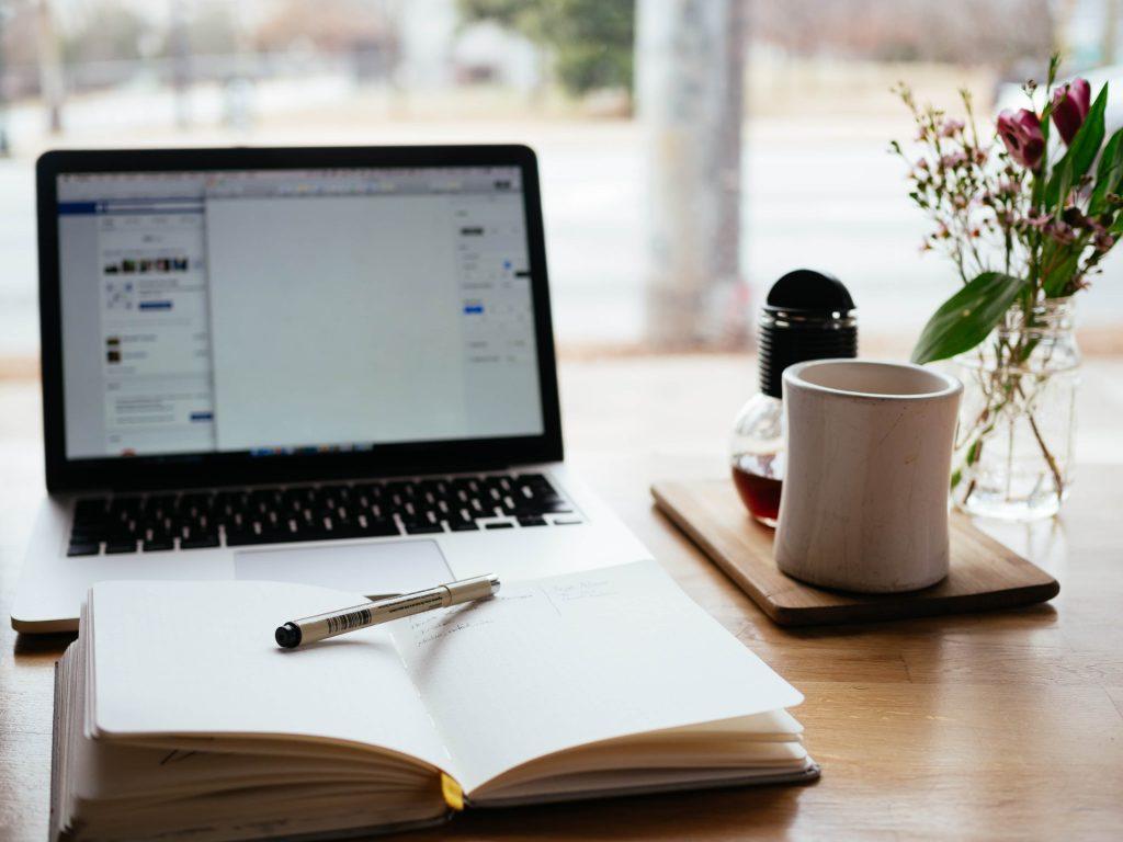travail de rédaction et de choix des articles à partager et à publier
