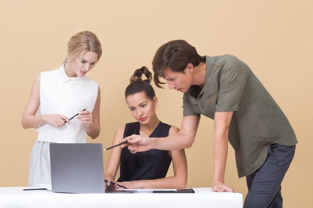 Un emploi d'attaché territorial demande un travail en équipe. On peut être amené à manager des agents ou un projet.