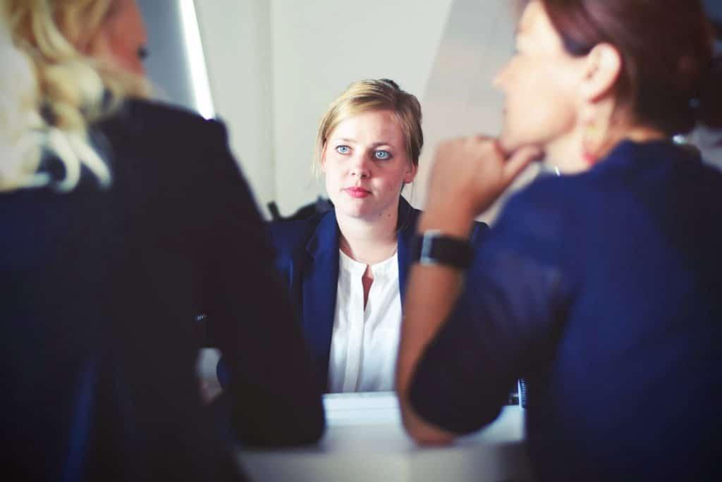 Un concours de la fonction publique territoriale se compose d'un écrit et d'un oral. Lorsque vous êtes déclaré admissible, vous allez à l'oral. Il y a des techniques à adopter pour réussir cette épreuve. Mais surtout, il y a des erreurs à ne pas commettre. Face au jury, si vous souhaitez être lauréat du cocnours de rédcateur, vous devez gérer votre stress, faire preuve d'humilité, adopter une bonne tenue et posture.